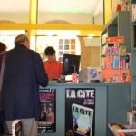 Marie Despierre avec des clients de la librairie Chroniques