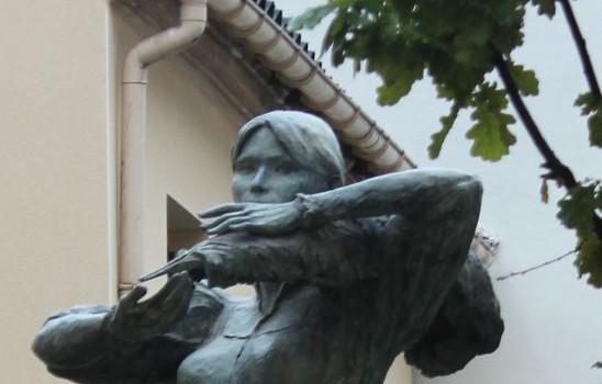 La statue de Carla Bruni en images