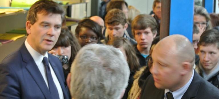 Arnaud Montebourg vante les métiers de l'industrie depuis la PMI Microplast