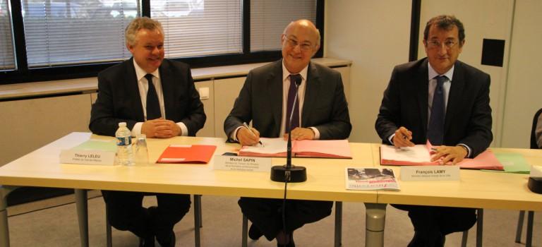 Michel Sapin et François Lamy signent une convention pour doper les emplois d'avenir en zone sensible