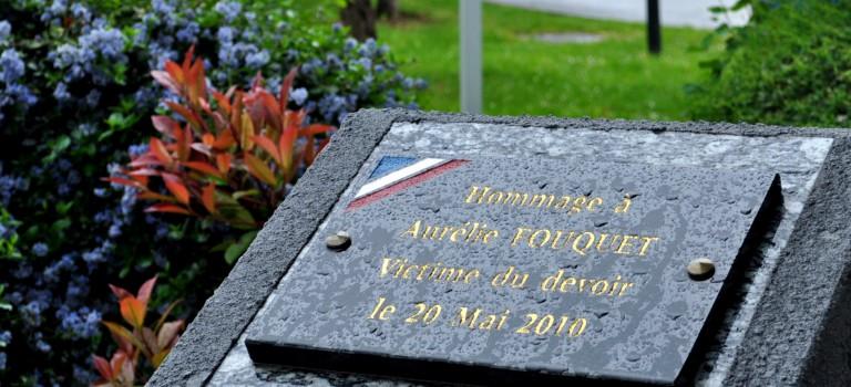 Hommage sur fond de cavale à la policière Aurélie Fouquet