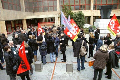 Manifestation devant le Centre des Finances Publiques de Créteil