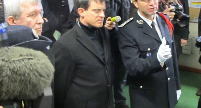 Manuel Valls vient soutenir la police au Kremlin
