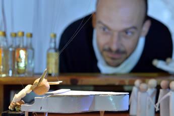 """Un homme interagit avec ses marionnettes : """"Qui est Monsieur Lorem Ipsum ?"""""""