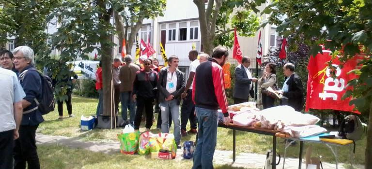 Les postiers du centre de tri de Créteil rassemblés contre leur fermeture