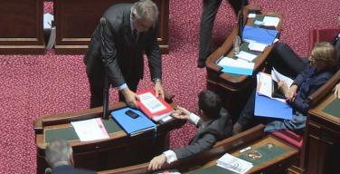 Finances locales : Christian Favier remet 16 612 pétitions à Manuel Valls
