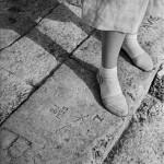 Grafitti et chaussures blanches Marcel Bovis