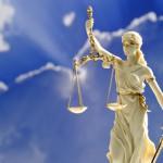 Justitia Skulptur, helle Figur, Wolken, Himmel Hintergrund