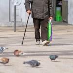 Homme âgé en courses