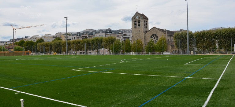 Nouvelle pelouse synthétique au stade Dumotel à Cachan