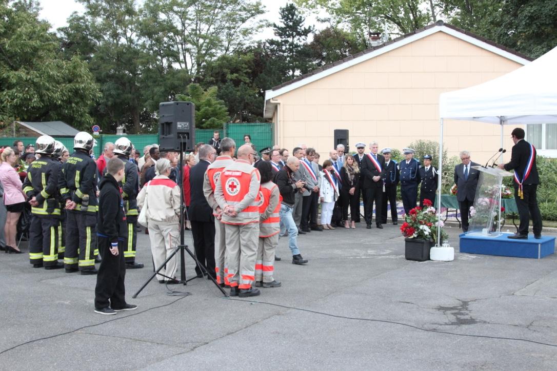 L h y les roses a rendu hommage aux victimes de l 39 incendie - Piscine l hay les roses horaires ...