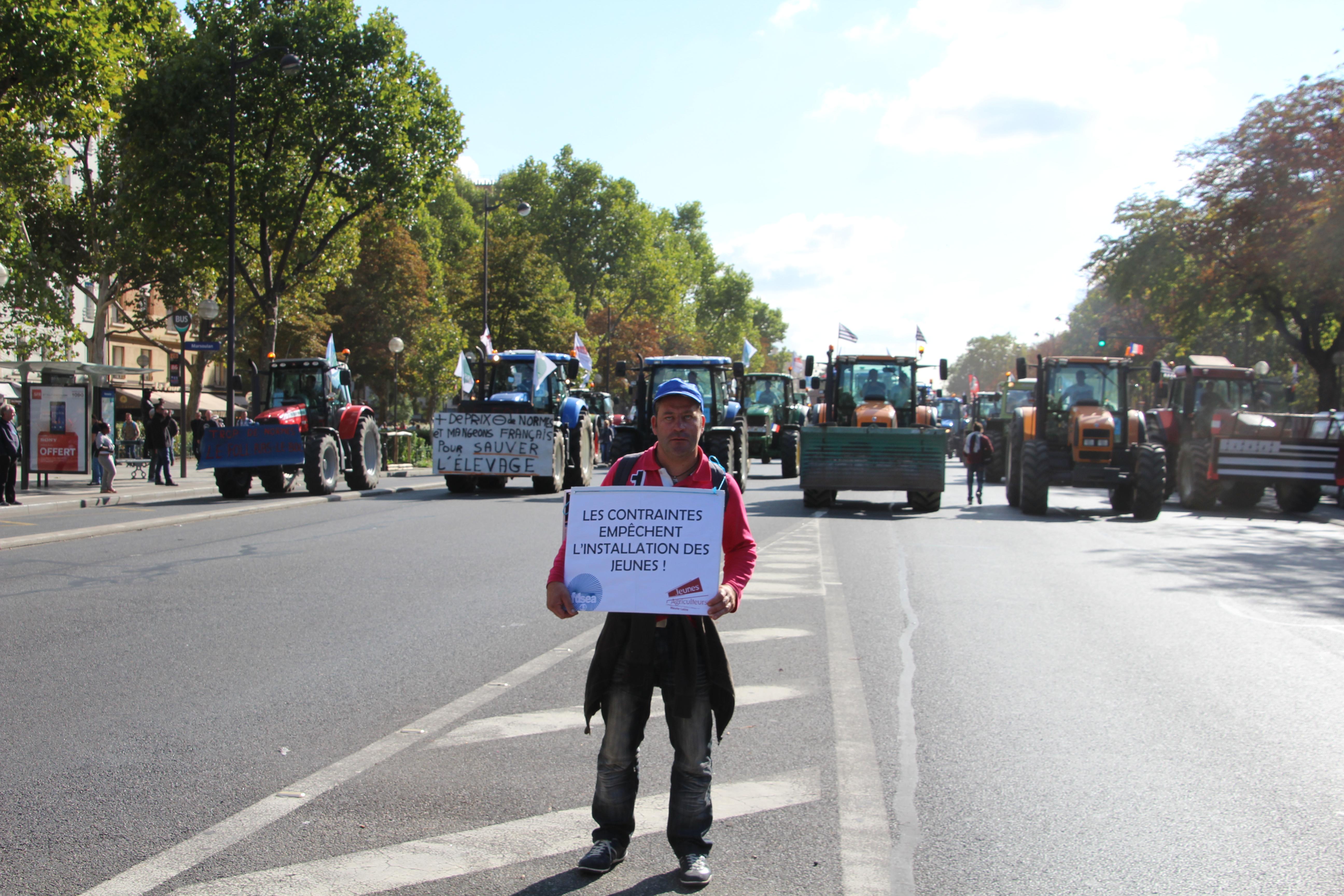 manifestant-agriculteurs-tracteurs-paris-septembre-2015