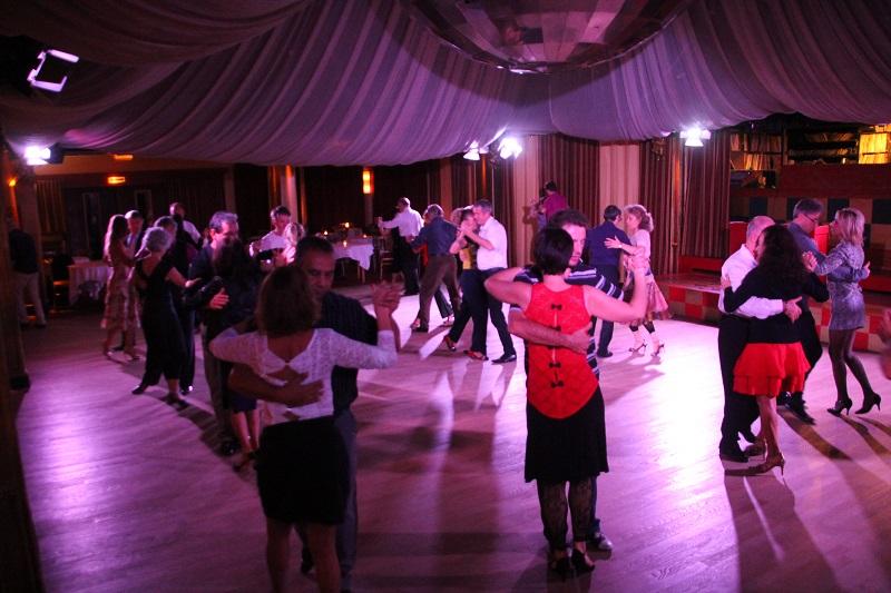 Tous les mercredis, les danseurs de tango se retrouvent au Chalet du lac 94 Citoyens # Chalet Du Lac Bois De Vincennes