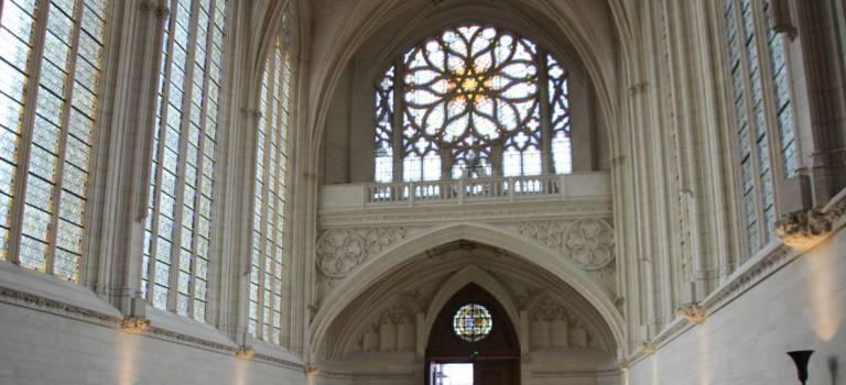 Colossal lifting à la Sainte Chapelle du château de Vincennes