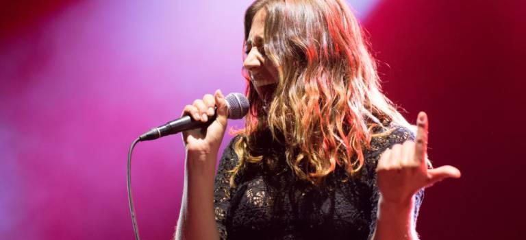La fougue d'Izïa Higelin en concert au pavillon Baltard de Nogent-sur-Marne
