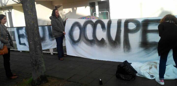 A Villejuif, les écoliers sans prof s'occupent en préparant les banderoles de manif