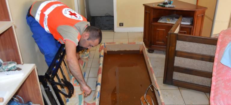 Inondations: la Croix rouge du Gard à la rescousse pour le nettoyage