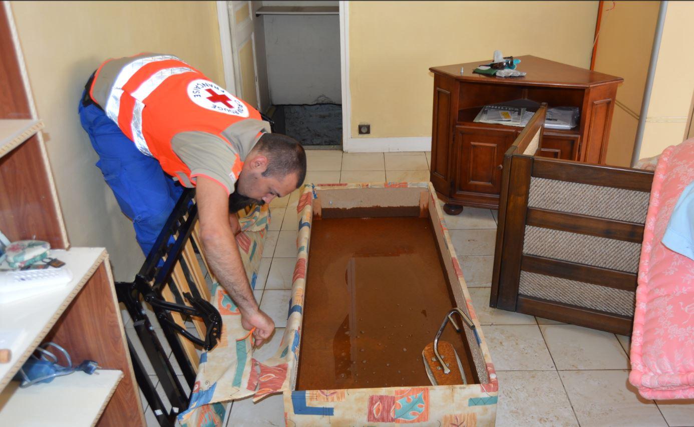 Inondations la Croix rouge du Gardà la rescousse pour le nettoyage 94 Citoyens # Croix Rouge Fontenay Sous Bois