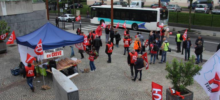 Une cinquantaine d'agents territoriaux FO ont manifesté devant la mairie d'Orly