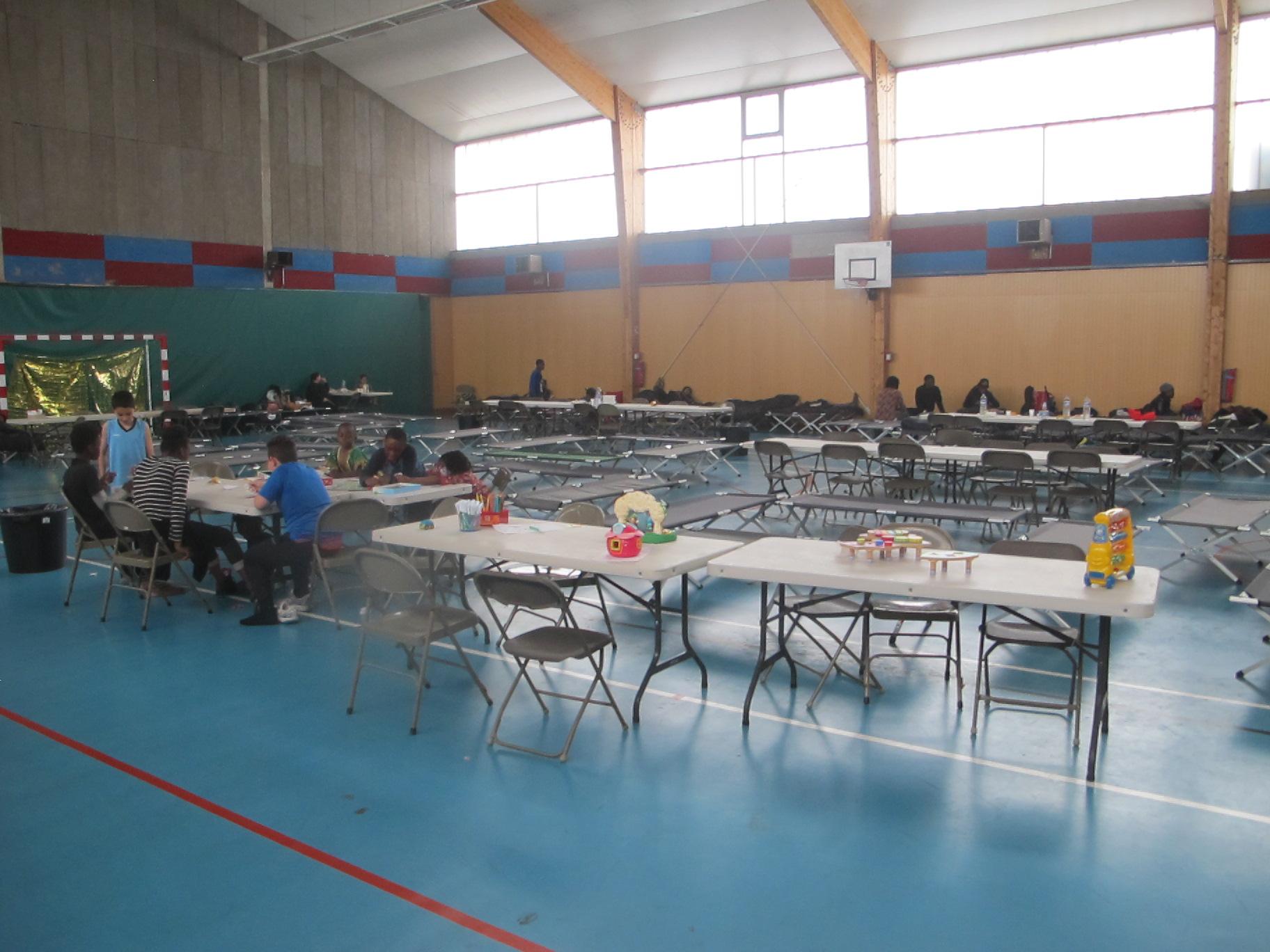 Coloriage Gymnase Ecole.Inondations La Vie S Organise Dans Les Gymnases Qui Abritent Les
