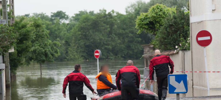 Evacuation du quartier inondé de Villeneuve-le-Roi : l'album photo-vidéo des pompiers