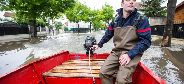 Evacuation du quartier inondé de Villeneuve-Saint-Georges: l'album photo des pompiers