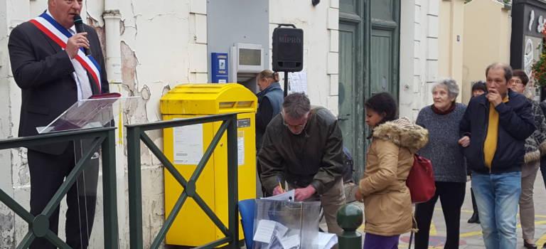 Boissy-Saint-Léger va déposer ses 685 pétitions contre la fermeture de sa Poste rue de Paris