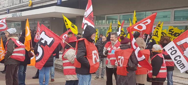 A Créteil, les agents de La Poste ont manifesté contre les fermetures de bureaux en Val-de-Marne