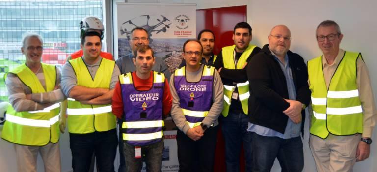 Les volontaires de la Croix Rouge du Val-de-Marne se préparent à lancer leurs drones