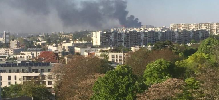 Impressionnant feu d'entrepôt à Villejuif