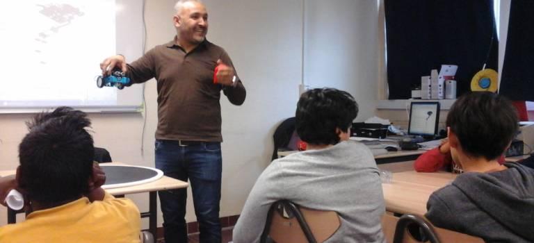 En vacances, les élèves de Jules Vallès reviennent au collège pour coder des robots à Vitry-sur-Seine