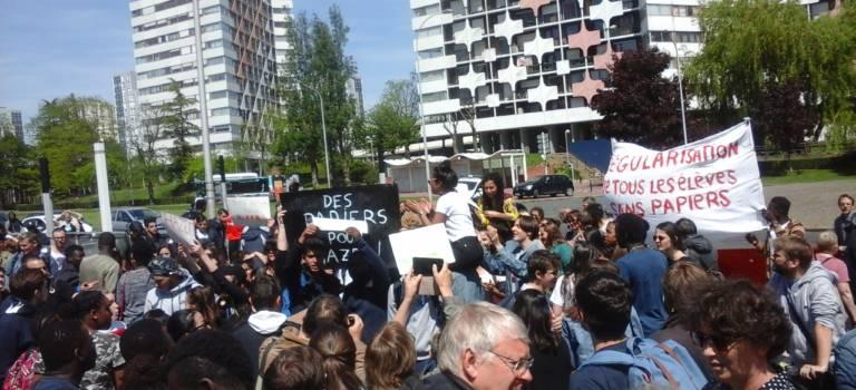 Elèves et profs solidaires des lycéens sans papier ont donné de la voix à Créteil