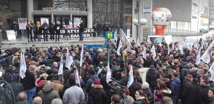 300 policiers manifestent devant l'hôtel de police de Créteil