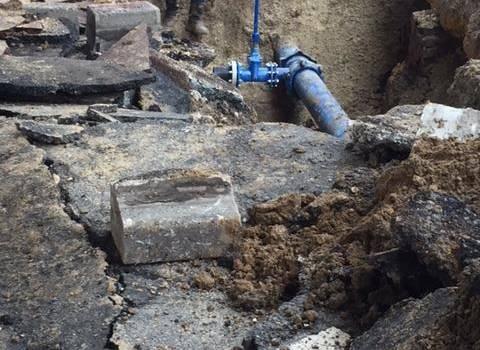 Rupture d'une canalisation d'eau sous l'autopont à Choisy-le-Roi