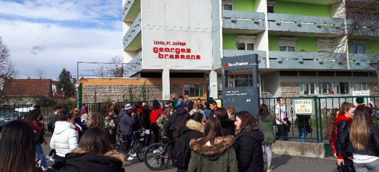 A Villeneuve-le-Roi, réouverture du lycée sous tension après l'incendie