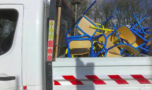 A Villecresnes, la mise en décharge de mobilier scolaire fait polémique