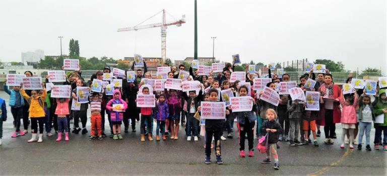 Parents, enseignants et élus ont donné de la voix contre les fermetures de classe