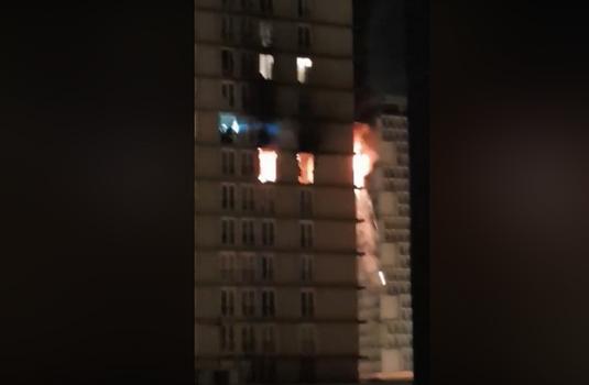 Une tour de la dalle commerciale de Choisy en feu