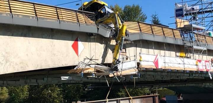 Un engin de chantier bascule du pont de Bry-sur-Marne