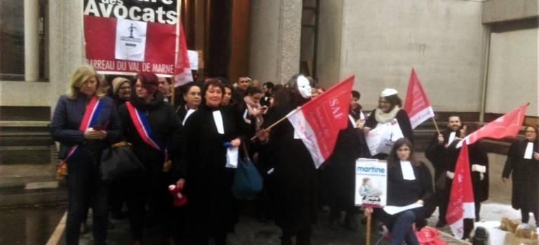 Les avocats en colère ont bloqué l'entrée du palais de justice de Créteil
