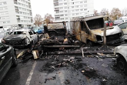 Voitures brûlées et vandalisées dans le quartier Micolon à Alfortville