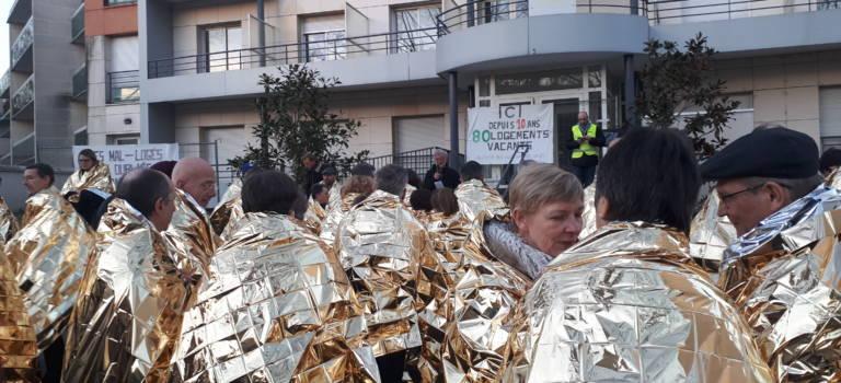 Ils manifestent pour le droit au logement avec des couvertures de survie