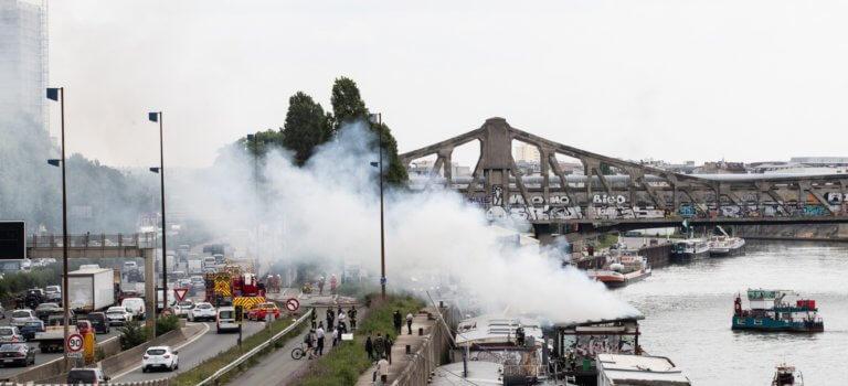 Une péniche d'habitation en feu au pont Mandela d'Ivry-sur-Seine
