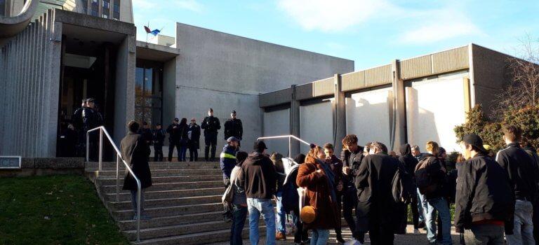TGI de Créteil: procès du tag anti-Macron et visite présidentielle