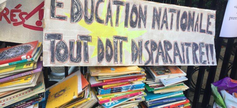 Les profs ont donné de la voix et des manuels devant le rectorat de Créteil