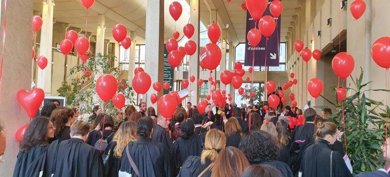 Au TGI de Créteil: ballons et chorale de colère pendant l'audience solennelle