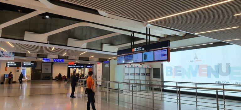 Confinement coronavirus jour 3: aéroports fantômes à Roissy et Orly