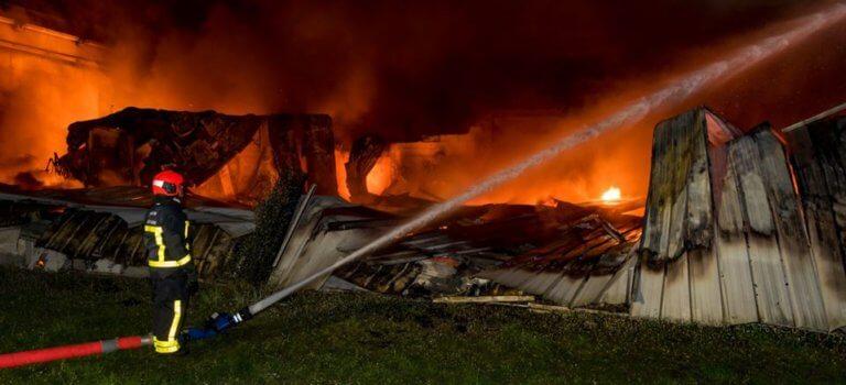 Impressionnant incendie d'entrepôt à Croissy-Beaubourg
