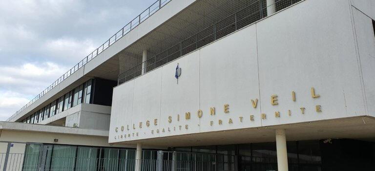 Manif contre une fermeture de classe au collège de Mandres-les-Roses