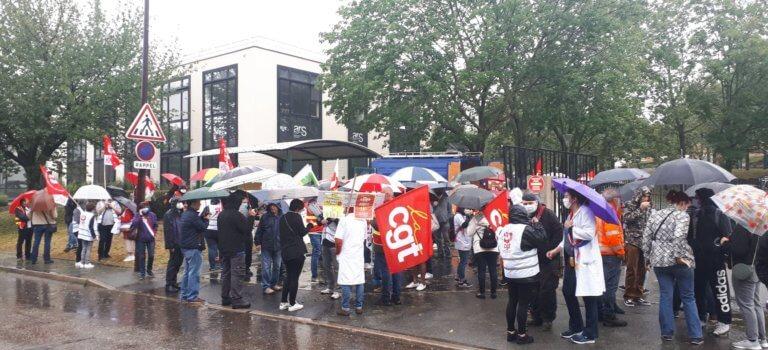 Devant l'ARS Val-de-Marne, personnels soignants et médico-sociaux dénoncent une mascarade